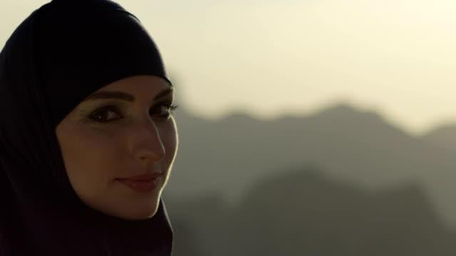 ritratto donna emirati arabi uniti - cultura del medio oriente video stock e b–roll