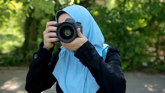 una donna araba scatta una foto della sua amica,pov - hijab video stock e b–roll