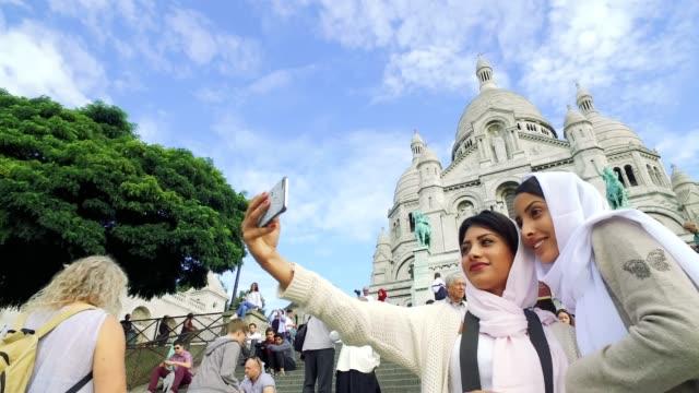 giovani arabi a parigi - millennials mediorientale - cultura del medio oriente video stock e b–roll