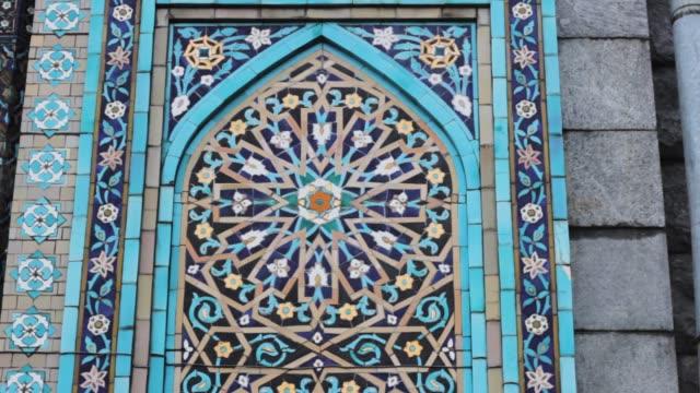 vídeos de stock e filmes b-roll de arabesque pattern on the wall of a mosque. ornamental decor architectural - mosaicos flores
