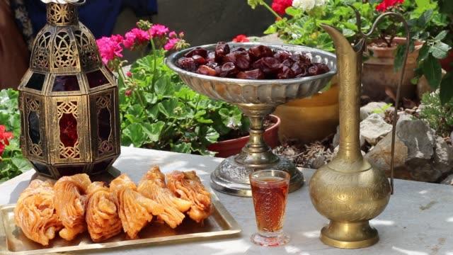 arap bahçe. ramazan oryantal tatlılar ve tatlılar - kurban bayramı stok videoları ve detay görüntü çekimi