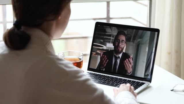 ラップトップ画面上のクライアントを呼び出すアラビア語ビジネスマンオンラインコーチビデオ - 人里離れた点の映像素材/bロール
