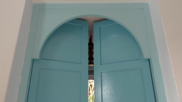 stockvideo's en b-roll-footage met arabisch dubbele blad deuren opening - boog architectonisch element