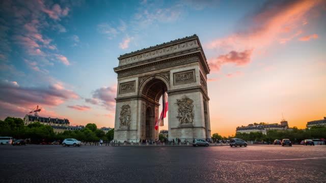 arc de triomphe at sunset, paris - france - parigi video stock e b–roll