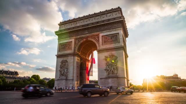 arc de triomphe in paris at sunset - 4k cityscapes, landscapes & establishers - parigi video stock e b–roll