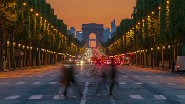 vídeos de stock e filmes b-roll de arc de triomphe monument and avenue des champs-élysées in paris - 4k time lapse - monumento