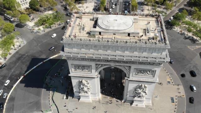 vídeos y material grabado en eventos de stock de arco del triunfo en la plaza place charles de gaulle con tráfico en días soleados. vista aérea - avenida