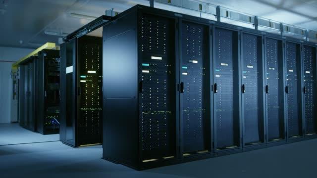 完全に運用サーバー ラックの複数の行を持つデータ センターのアーク ショット。現代の通信、クラウド ・ コンピューティング、人工知能、データベース、スーパー コンピュータ技術コン� - スーパーコンピューター点の映像素材/bロール