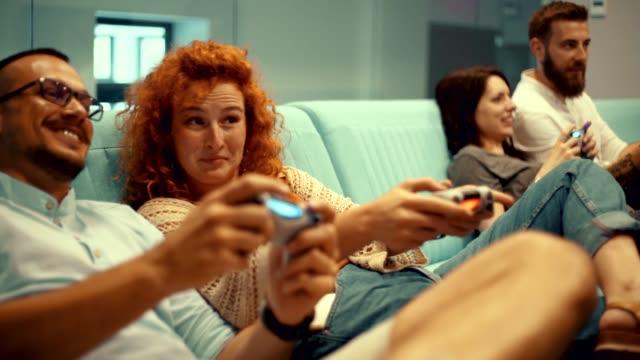 arcade spiele - vier personen stock-videos und b-roll-filmmaterial