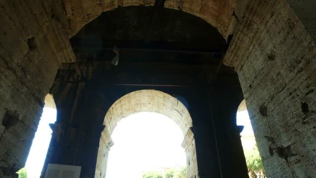 stockvideo's en b-roll-footage met boog van het beroemde colosseum in rome, filmische steadicam schot - boog architectonisch element