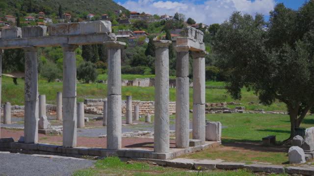 археологические раскопки древнего мессена , руины дорикского стиля стоа портик , возле каламата , мессина, мессиния, пелопоннес, греция - пелопоннес стоковые видео и кадры b-roll