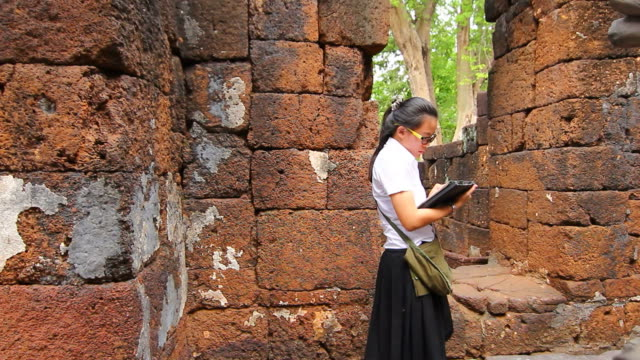 archaeology student - endast unga kvinnor bildbanksvideor och videomaterial från bakom kulisserna