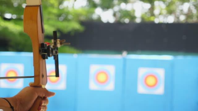 vidéos et rushes de archer shooting bow dans slow motion shot - tir à l'arc