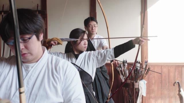 日本の弓道の芸術を道場で練習する射手 - 武道点の映像素材/bロール