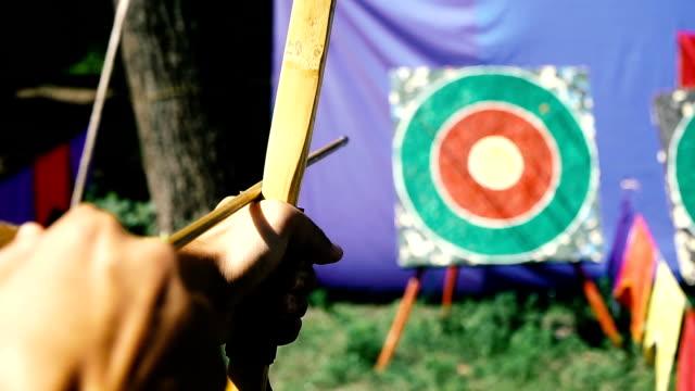 vidéos et rushes de tir à l'arc tir. cible dans laquelle ils tirent à l'arc - tir à l'arc