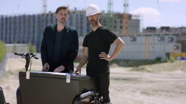 建築家および建設労働者の建物の計画を議論します。 - プロジェクトマネージャー点の映像素材/bロール