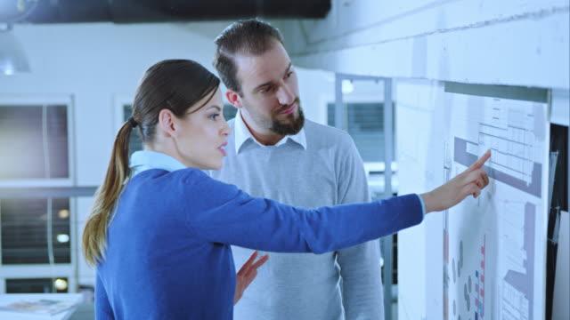 LD arquiteto discutir a planta baixa com Engenheiro civil - vídeo