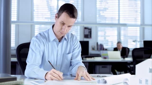 ds mimar ofis kağıt üzerinde tasarım çizim - bir orta yetişkin erkek sadece stok videoları ve detay görüntü çekimi