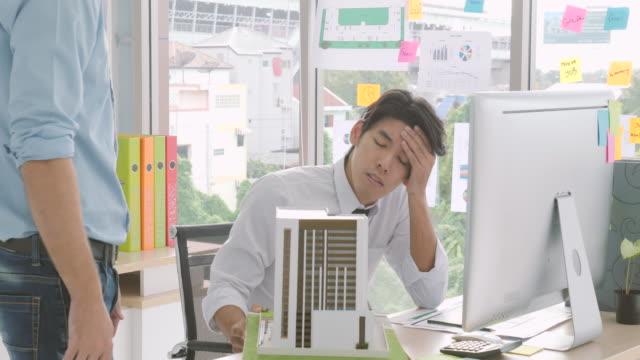 建築家は、彼のプロジェクトが承認されない場合、深刻な感じ。マネージャーが建築設計を拒否し、彼に戻る ビデオ