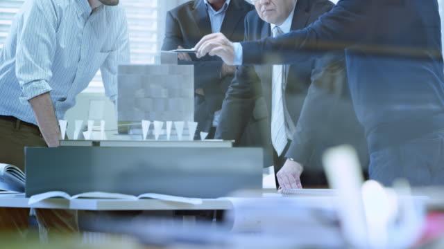 DS architecte donner une présentation détaillée sur modèle pour les investisseurs - Vidéo