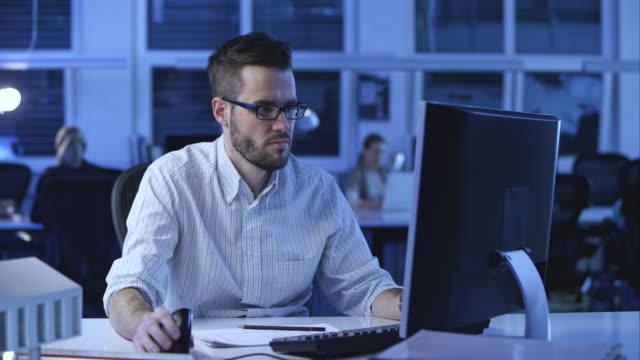 ds arkitekt att göra en design på sin dator - man architect computer bildbanksvideor och videomaterial från bakom kulisserna