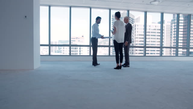 vídeos de stock e filmes b-roll de architect meeting with clients - new
