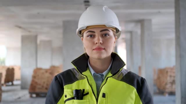 arkitekt eller ingenjör arbetar, surfa byggprojekt inomhus av bygg - kvinna ventilationssystem bildbanksvideor och videomaterial från bakom kulisserna