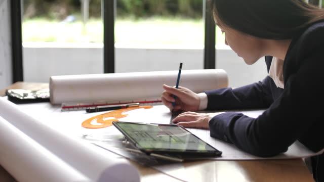 建築家の開始住宅の青写真を描く, クローズアップ - 学生点の映像素材/bロール