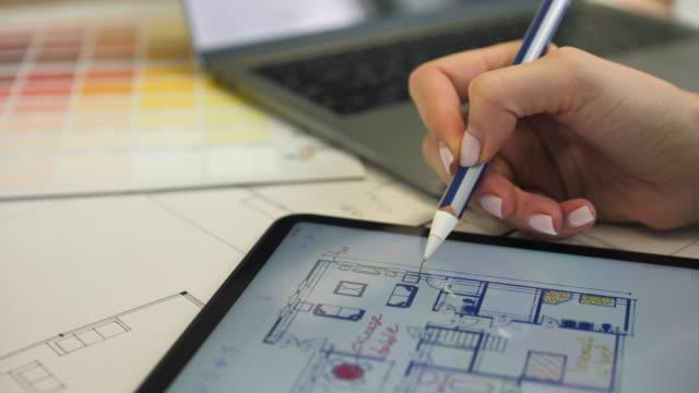 architetto che lavora al piano house blueprint con tablet pc - architetto video stock e b–roll