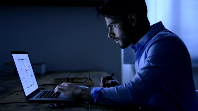arkitekten arbetar på bärbar dator - man architect computer bildbanksvideor och videomaterial från bakom kulisserna