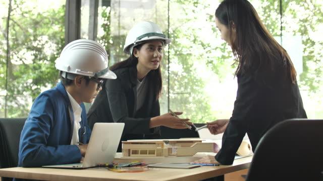 建築現場における建築家モデルの打ち合わせと議論 - 人の居住地点の映像素材/bロール
