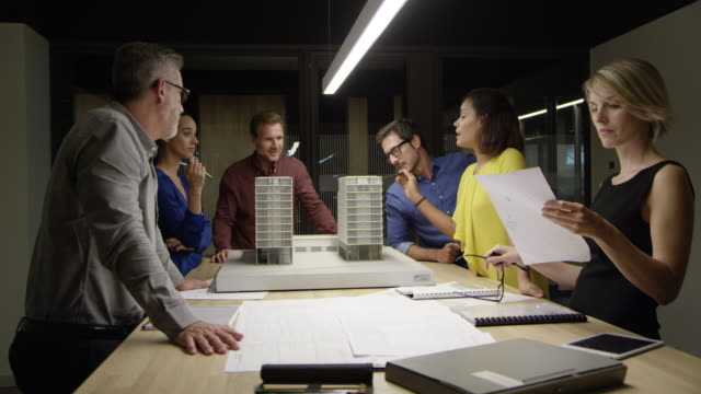 vídeos y material grabado en eventos de stock de arquitectos en proyecto en mesa de oficina - arquitecto
