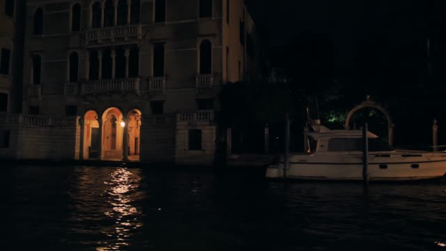 architecture of venice at night view from the central canal - alta moda italy video stock e b–roll
