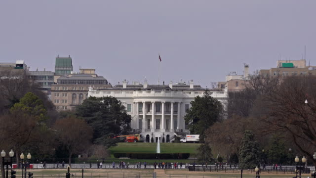stockvideo's en b-roll-footage met architectuur van wit huis in washington dc met de vlag van de v.s., district van colombia de v.s. - white house