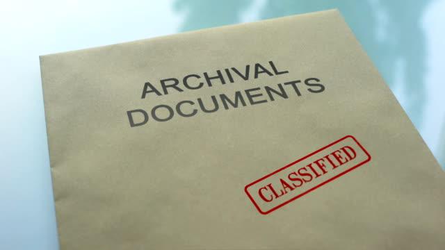 ドキュメントをフォルダーにシールをプレス手分類、アーカイブ、ドキュメント - クラシファイド広告点の映像素材/bロール