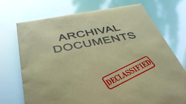 古文書、機密解除されたドキュメントとフォルダーにシールをプレス手 - クラシファイド広告点の映像素材/bロール