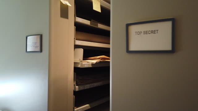 vidéos et rushes de salle de classement des archives - dossier document