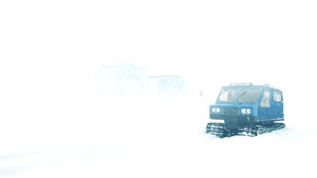 vidéos et rushes de arctique base de avec homme retour en autoneige - paysage extrême