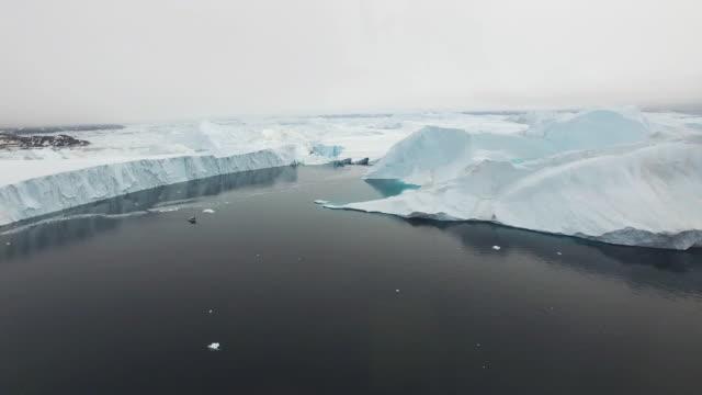 arctic buzdağları grönland kuzey buz denizi ' - kep şapka stok videoları ve detay görüntü çekimi