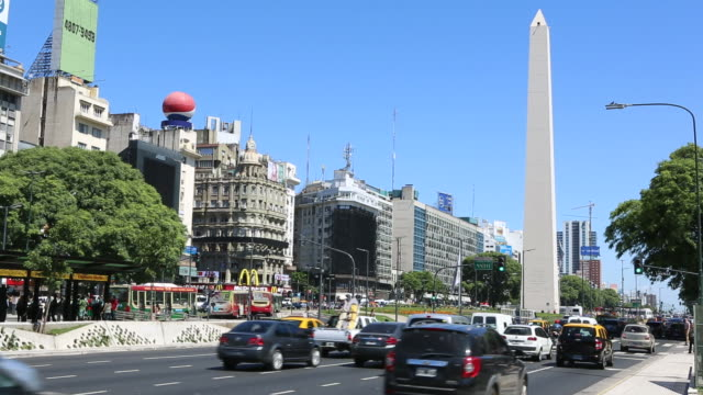 argentina buenos aires obelisk with traffic at rush hour - obelisk stok videoları ve detay görüntü çekimi