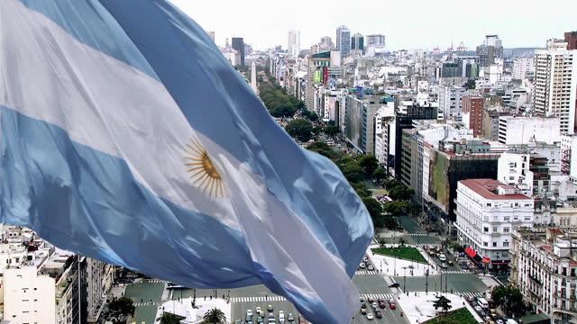 arjantin bayrağı ve buenos aires. yüksek açı görünümü. - obelisk stok videoları ve detay görüntü çekimi