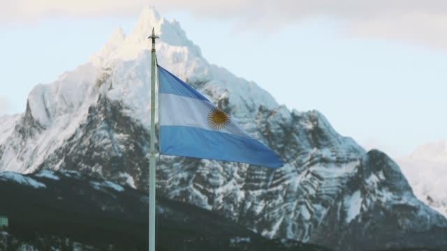 Bandera Argentina en Ushuaia, Tierra Del Fuego. Zoom Out. - vídeo