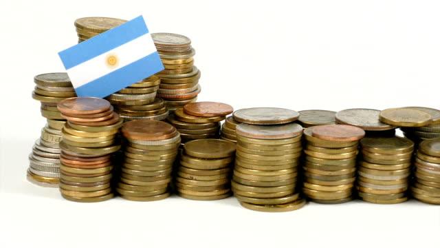 Bandera Argentina con pila de dinero monedas - vídeo