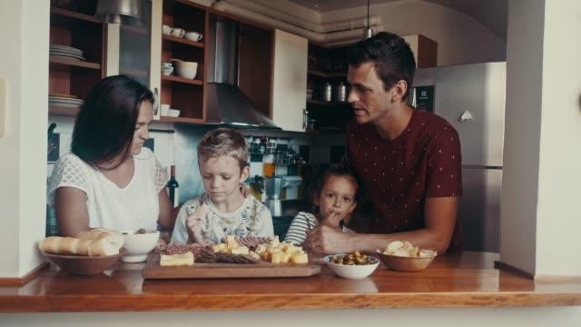 vídeos de stock, filmes e b-roll de família argentina que faz o la picada-culinária argentina tradicional (slow motion) - antepasto