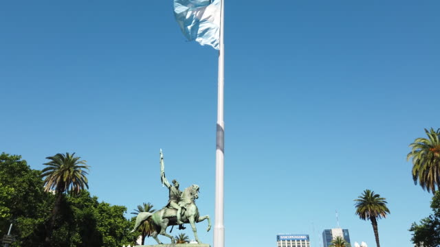 argentinian flag flying in the wind near the government palace, buenos aires - bandiera dell'argentina video stock e b–roll