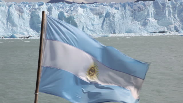 Bandera Argentina en frente del glaciar Perito Moreno, Patagonia, Argentina - vídeo