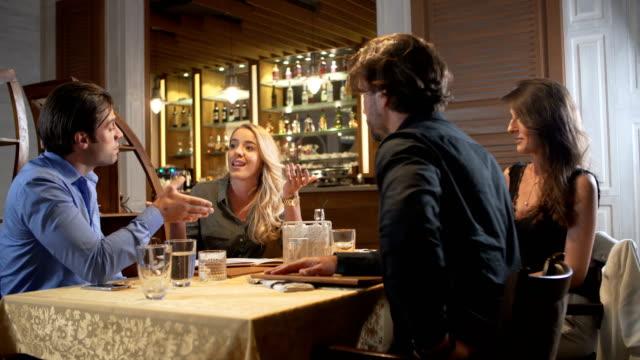 argue in a restaurant - walczyć filmów i materiałów b-roll