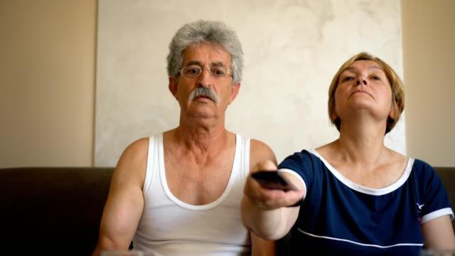 stockvideo's en b-roll-footage met ruzie over de afstandsbediening - couple fighting home
