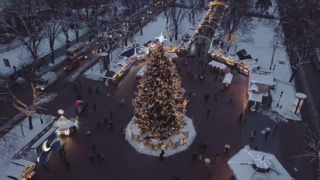 lviv, ukraine - dezember 2018. arial schuss. lemberger oper. weihnachtsbaum. weihnachtsmarkt. menschen sind rund um die innenstadt fuß. nachtzeit - weihnachtsmarkt stock-videos und b-roll-filmmaterial