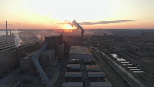 アリアルビュー。工業地帯の工場煙突から出る煙による大気汚染 - 気体点の映像素材/bロール